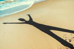 sagoma di una persona su una spiaggia foto