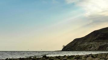vista sul mare con cielo autunnale foto