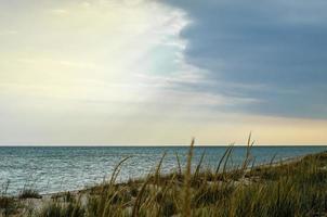 cielo azzurro e nuvole sopra l'oceano foto