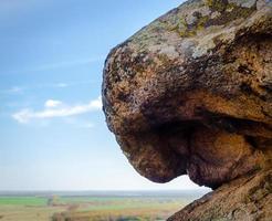 roccia di pietra contro il cielo blu foto