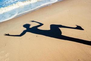ombra su una spiaggia foto