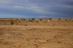 terra secca e screpolata del deserto foto