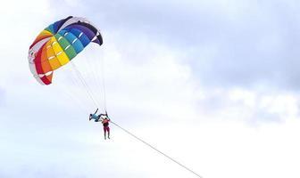 parasailing patong, phuket, thailandia foto