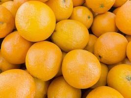 Close up di mandarini in un mercato della Thailandia foto