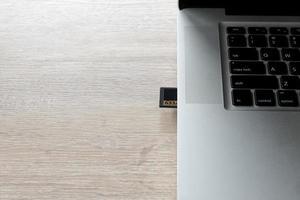 scheda di memoria di una fotocamera in un laptop per trasferire le foto