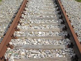 treno o binario ferroviario all'aperto durante il giorno foto