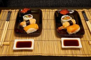 due piatti di sushi foto