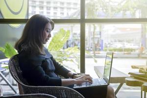 donna su un computer portatile foto