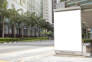 segno del tabellone per le affissioni vicino al modello della strada foto