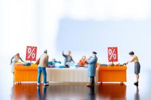 shopper in miniatura con vassoio sconto per acquistare articoli scontati foto