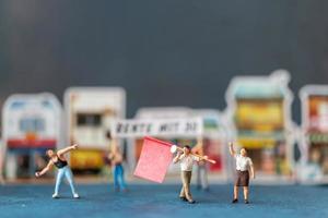 persone in miniatura, manifestanti con cartelli, alzando la mano per la rivoluzione, protestando contro il concetto foto