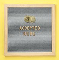 moneta d'oro bitcoin denaro virtuale con cornice e testo bitcoin accettato qui. concetto di pagamento bitcoin, acquisto o acquisto e criptovaluta accettato foto