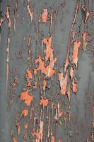 trama di sfondo vernice scrostata verde scuro. porta in legno con vernice esposta alle intemperie e scrostata foto