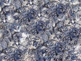 primo piano di carbone bruciato e ceneri foto