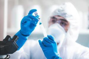 ricercatore che sviluppa un vaccino covid-19 foto