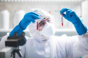 scienziato che studia campioni di sangue foto