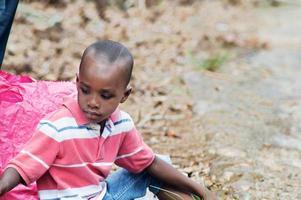 bambino seduto sul pavimento guardando indietro divertendosi foto
