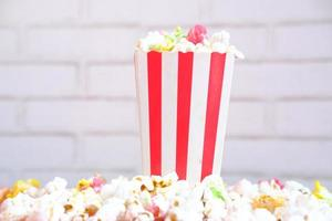 popcorn in un contenitore rosso e bianco foto