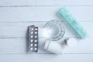 vista dall'alto di pillole sul tavolo foto