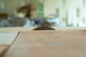 Primo piano della macchina sega elettrica in metallo nella tabella in fabbrica foto