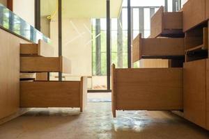 apertura di ripiani in legno in fase di installazione all'interno della casa in costruzione foto