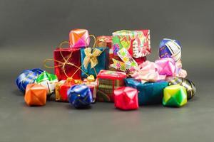 closeup mucchio di scatole regalo avvolte da carta colorata foto