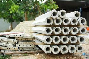 closeup mucchio di pali esagonali in cantiere foto