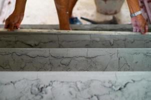 messa a fuoco selettiva sulla superficie ruvida del cemento sul pavimento foto