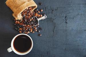 sacchetto di chicchi di caffè e tazza di caffè foto