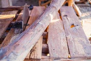 ceppo di legno e sega foto