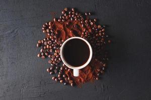 vista dall'alto di caffè in una tazza foto