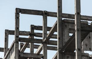 telaio in cemento contro il cielo foto