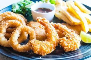 piatto di frutti di mare fritti foto