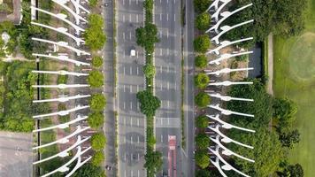 jakarta, indonesia 2021- veduta aerea dell'autostrada al mattino e alberi verdi foto