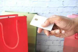 persona che utilizza una carta di credito per acquistare regali foto