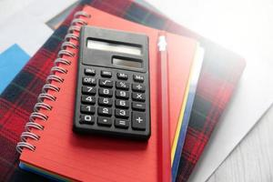 Close up della calcolatrice e del blocco note foto