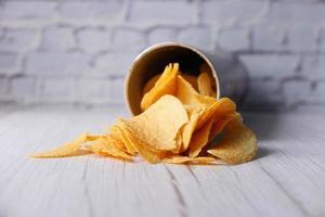 patatine su sfondo bianco foto