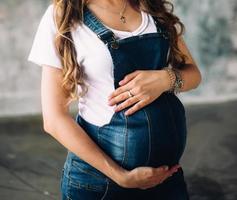 donna incinta che tiene la sua pancia foto