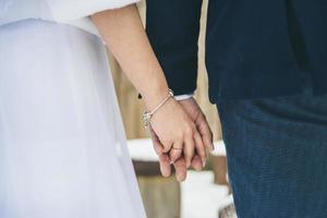 coppia sposata mano nella mano foto