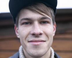Modello 21-23 anni che sorride alla macchina fotografica, primo piano del ritratto foto