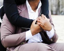 uomo abbracciato foto