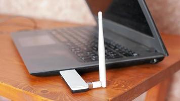 router wifi per amplificazione del segnale, laptop con antenna per internet ad alta velocità foto