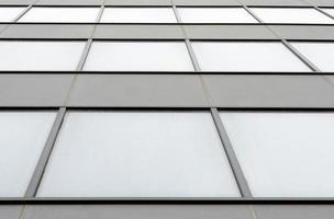 edificio grigio con finestre foto
