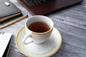 Close up di tè verde con il computer portatile foto
