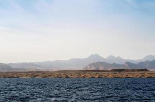 costa rocciosa del mar rosso foto