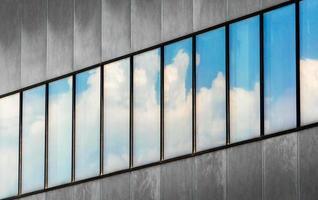 edificio moderno con fila di finestre foto