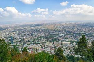 vista di tbilisi da una montagna foto