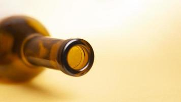 bottiglia di vino vuota su uno sfondo giallo foto