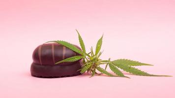 marshmallow al cioccolato con contenuto di thc su sfondo rosa foto