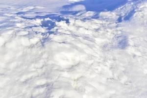 manto nevoso in inverno con ombre la sera foto